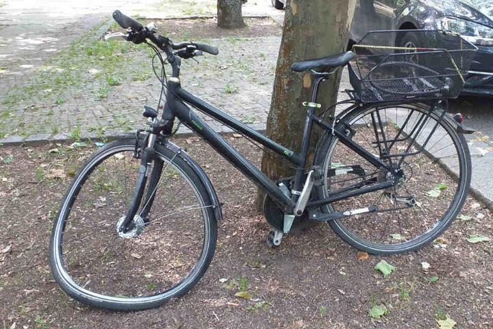 Ein zweites Fahrrad mit verbogenem Vorderrad lehnt an der Unfallstelle an einem Baum.