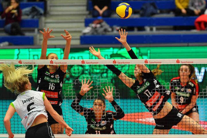 Die DSV-Volleyballerinnen Brie King (v.l.n.r.), Milica Kubura und Camilla Weitzel blocken den Ball von Aachens Marrit Jasper am Netz.