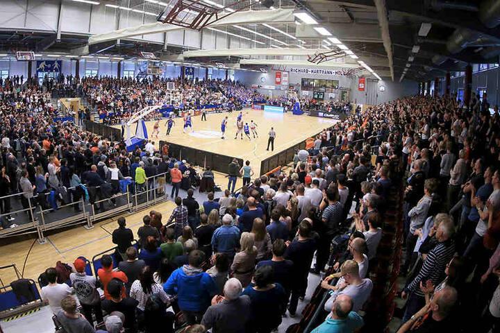 Die Hartmann-Halle, Spielstätte der Niners Chemnitz, erhält für 560.000 Euro neues Licht und mehr Plätze.