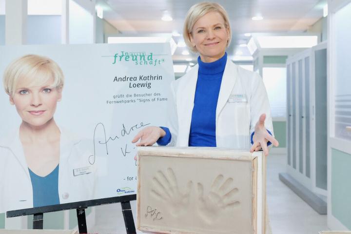 Stolz präsentiert Andrea Kathrin Loewig den Gipsabdruck.
