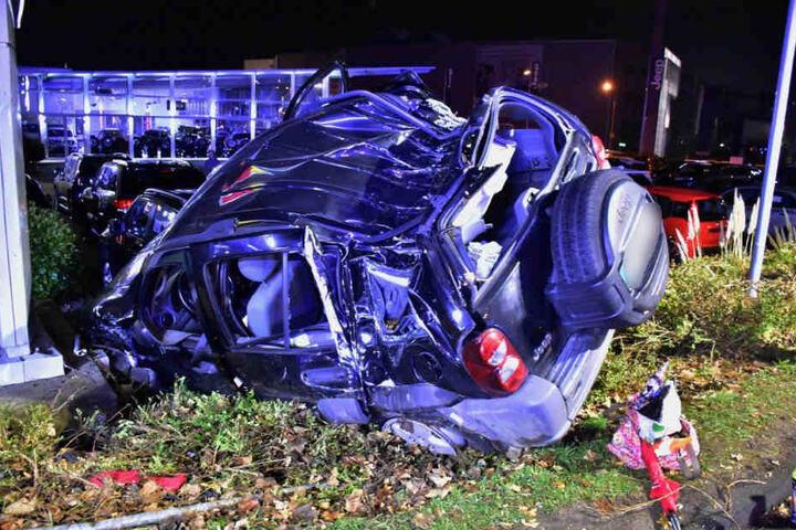 Das Unfallauto wurde komplett zerstört.