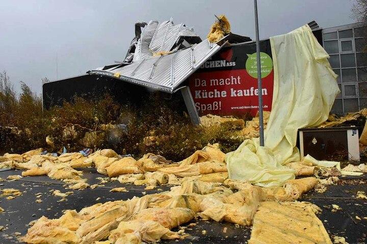 Auch an Gebäuden gab es viele Schäden, so wie hier in Görlitz. Das Dach eines  Küchenstudios wurde von den Orkanböen abgedeckt.