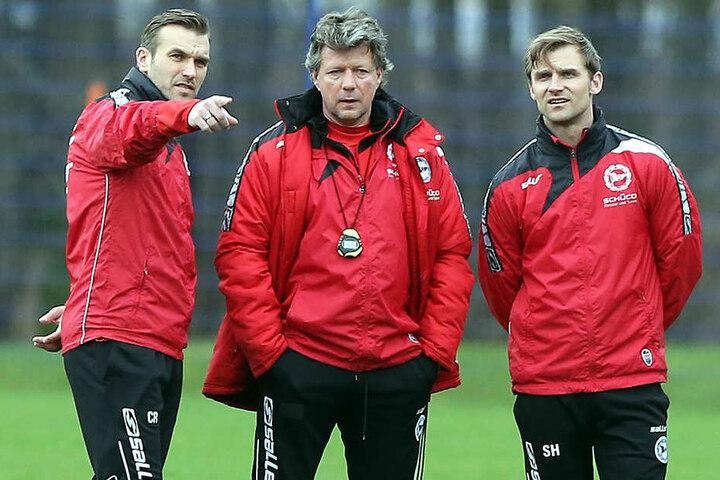 Jeff Saibene (mi.) soll den DSC mit seinen Cos, Carsten Rump (li.) und Sebastian Hille (re.), vor dem Abstieg retten.