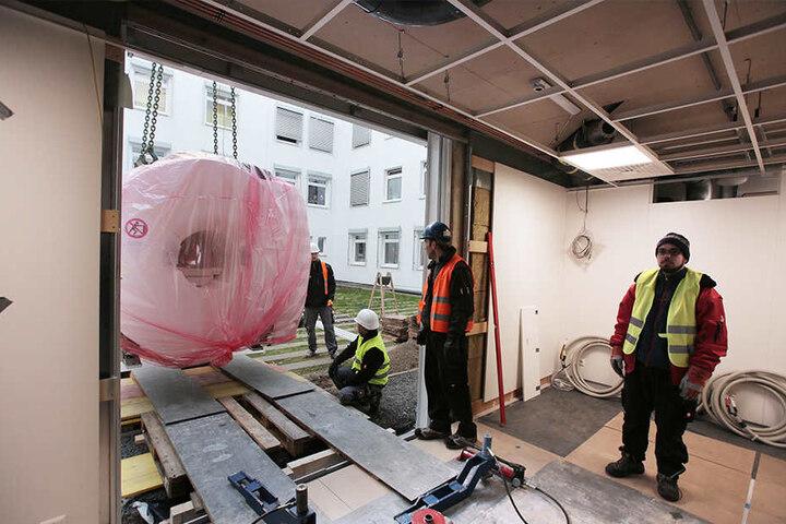 In der Wand wurde extra ein Loch gelassen, damit das tonnenschwere Gerät sicher ins Krankenhaus gelangen konnte.