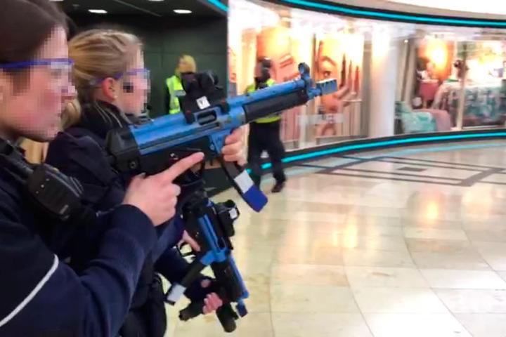 Zwei Polizistinnen mit Maschinengewehren während der Übung in der Passage.