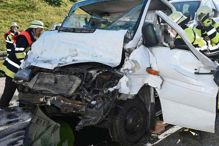 Auf der Autobahn 99 bei München wurde ein 50 Jahre alter Mann bei einem Crash schwer verletzt.
