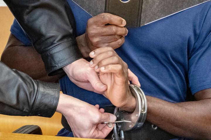 Der 30 Jahre alte Mann wurde in Landshut mit Handschellen in den Gerichtssaal geführt.