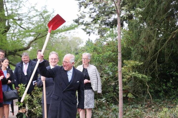 Bei der Baumpflanzung schien der britische Thronfolger sichtlich Spaß zu haben.