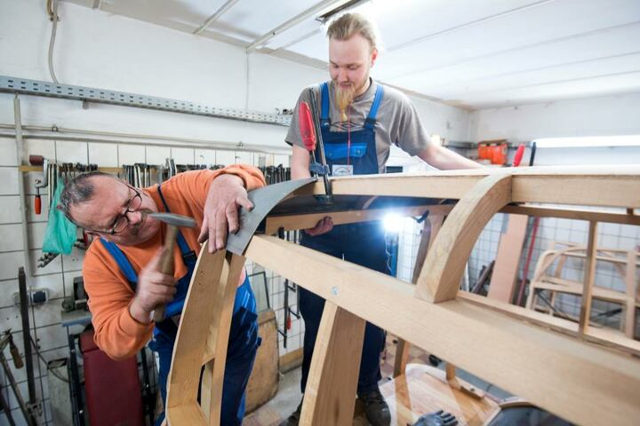 Jürgen Leiber (61, links) und Marc Becker (28) arbeiten an der neu gebauten Holzkarosse eines Framo-Kombis.