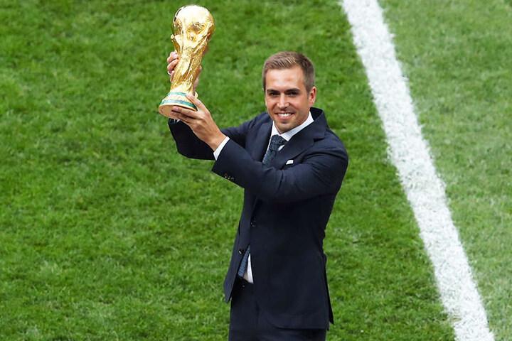 Philipp Lahm durfte vorm Finale den WM-Pokal präsentieren. Kurz zuvor wurde er von Peter Neururer scharf für seine Aussagen gegen Jogi Löws Führungsstil kritisiert.