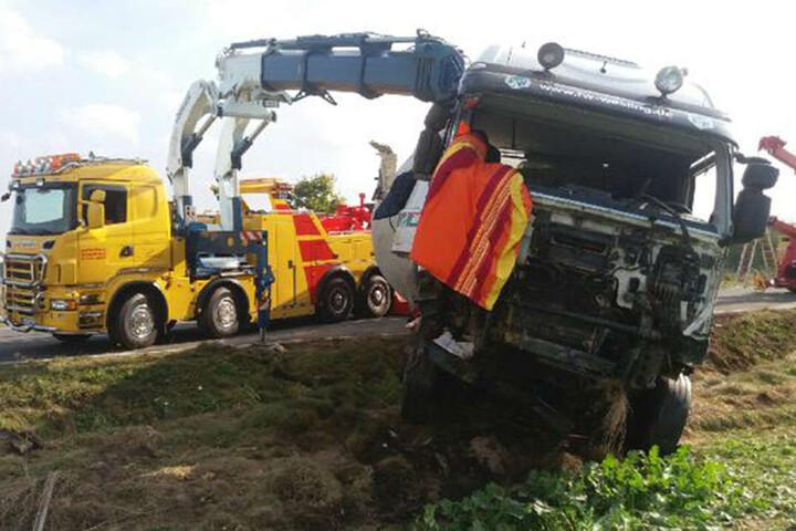 Der Lkw musste mit einem Bergefahrzeug geborgen werden.