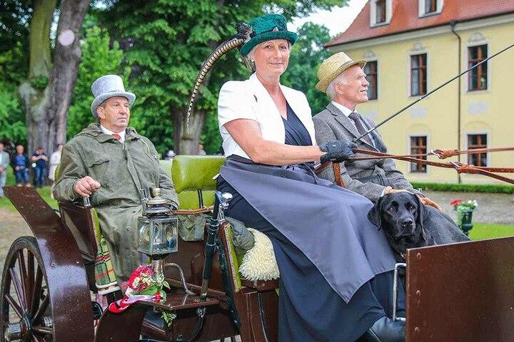 Im flotten Hütchen mit Fasanenfeder: Alexandra zur Lippe (55) lenkte einen rund 100 Jahre alten Jagdwagen.