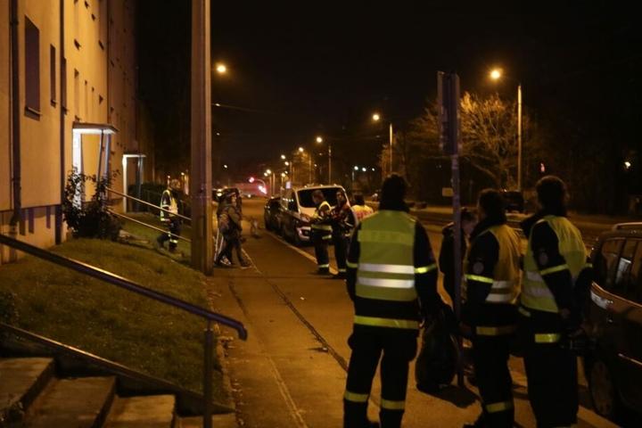Die Einsatzkräfte sind auch kurz vor Mitternacht noch mit Evakuierungsmaßnahmen beschäftigt.