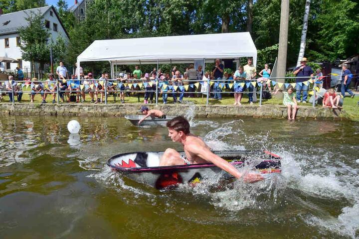 Felix Pelinski paddelt in der Zinkwanne zum Sieg.