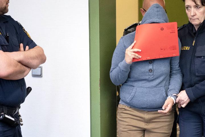 Die Angeklagte verdeckte im Gericht ihr Gesicht. Die Vorwürfe gegen sie schockieren.