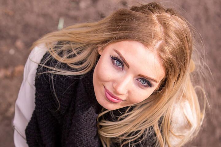 """Verträumter Blick nach oben. Soraya würde am liebsten ihren Schulabschluss um ein Jahr verschieben. """"'Miss Germany' wird man nur einmal im Leben"""", sagt sie."""
