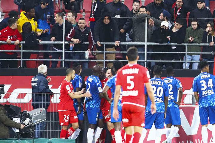 Zuschauer und Spieler waren nach dem Zwischenfall aufgebracht. Die Partie konnte erst nach mehreren Minuten Unterbrechung fortgesetzt werden.
