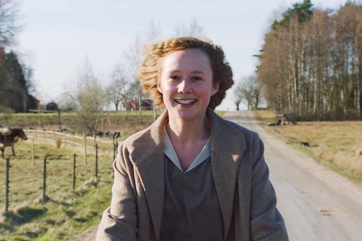 Auf dem Fahrrad fühlt sich Astrid Lindgren (Alba August) frei - und ist einfach mal unbelastet und glücklich.