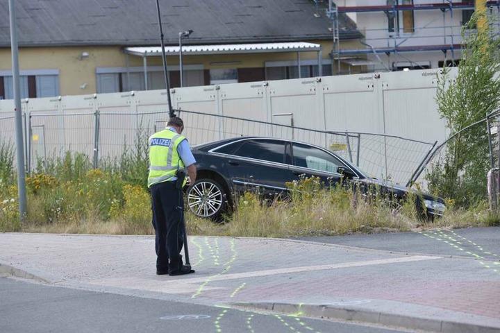 Das Auto schleuderte seitlich in die Böschung.