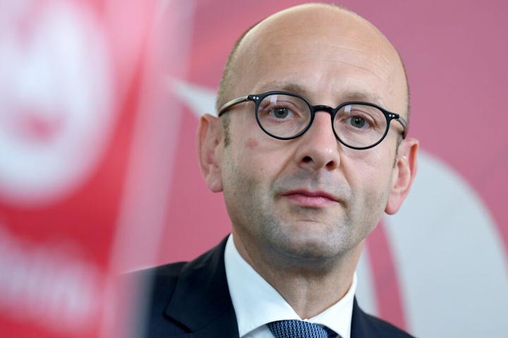 Der Insolvenzverwalter Lucas Flöther steht in den Büros der insolventen Fluggesellschaft Air Berlin.