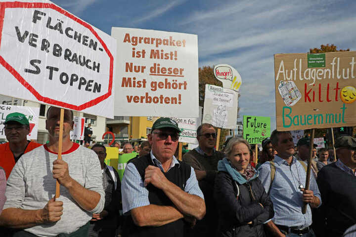 Die Forderungen der Landwirte auf Plakaten.