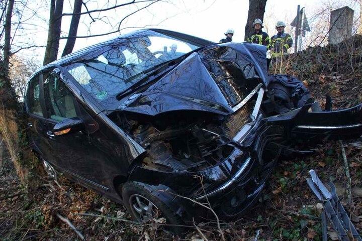 Das Unfall-Auto ist wohl ein völliges Wrack.