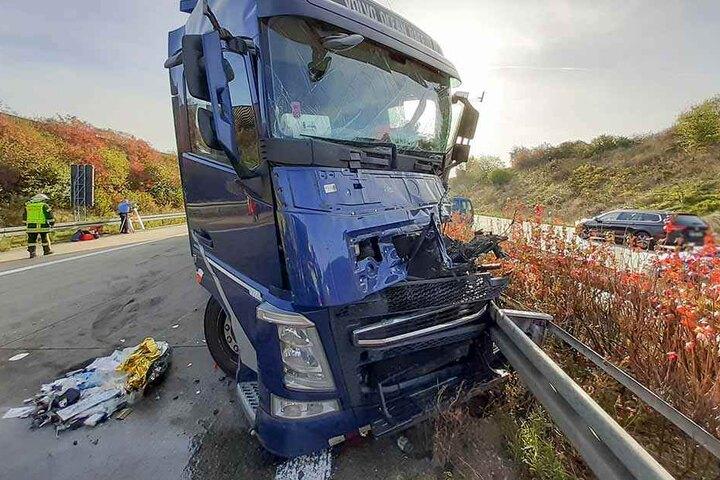 Beim Crash wurde das Fahrerhaus des Volvos regelrecht zusammengedrückt.