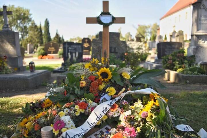 Am Grab von Sophia wurden Blumen niedergelegt.