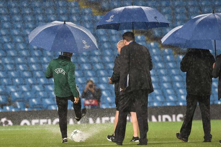 Gut eine Stunde beratschlagten die UEFA-Offiziellen, ehe sie das Spiel absagten.