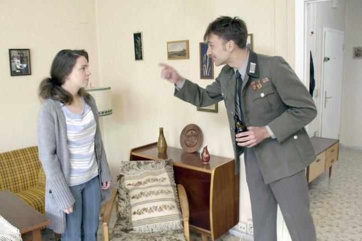 Schauspiel-Szenenbild aus der XY-Sendung: Christina (l., gespielt von Leoni Spiesecke) im Streit mit ihrem Ex-Mann (Marvin Ritschel).