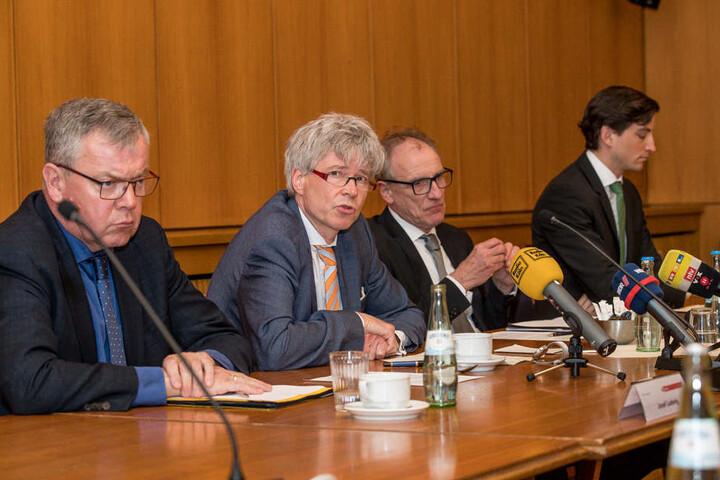 Sozialdezernent Harald Rau (2. von links), erklärte das Anmietverfahren.