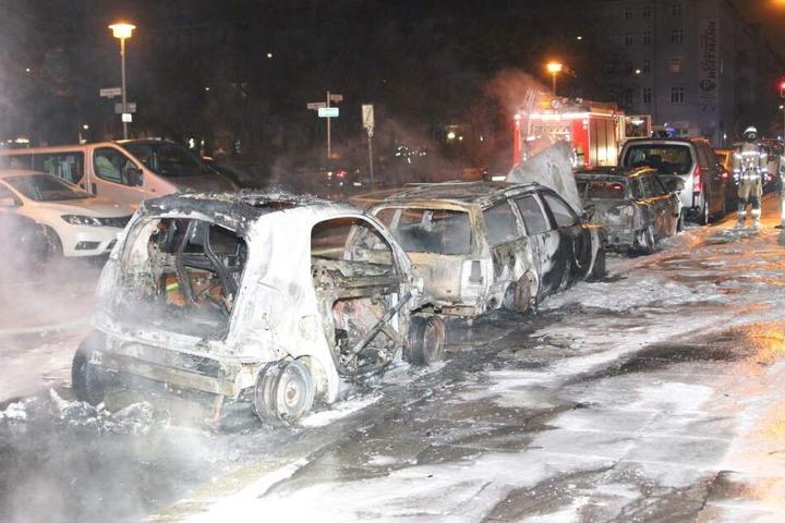 In Friedrichshain, Mühsamstraße Ecke Petersburgerplatz, brannten drei Autos.