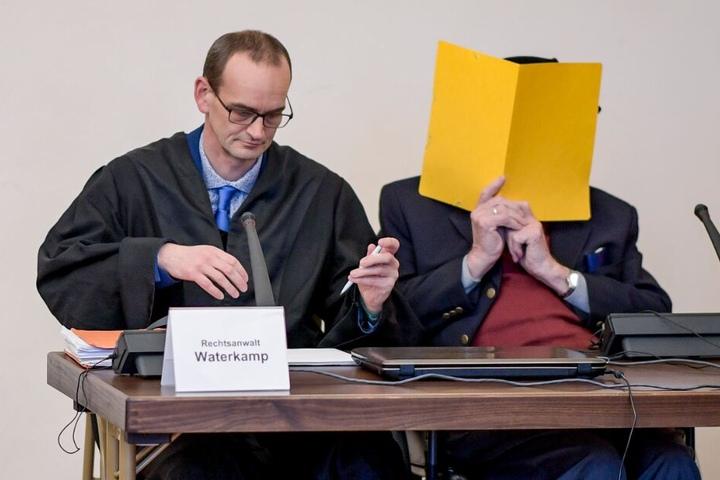 Der 93-Jährige wartet neben seinem Anwalt Stefan Waterkamp (l) auf die Fortsetzung des Prozesses.