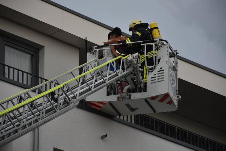 Sieben Bewohner der Asylbewerber-Unterkunft mussten mit der Drehleiter aus dem Gebäude gerettet werden.