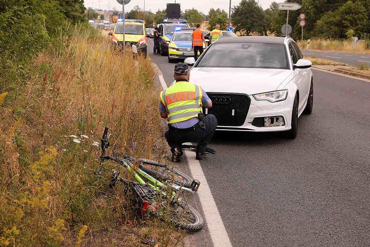 Die Dresdner Polizeibeamten sind vor Ort, um den Unfall einschließlich der Aussagen des Audi-Fahrers aufzunehmen.