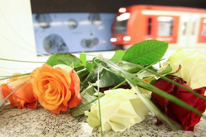 Nach dem tödlichen Messerangriff am Jungfernstieg haben Menschen Blumen auf dem S-Bahnsteig abgelegt.