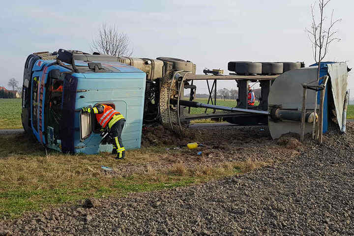 Der Fahrer musste von der Feuerwehr aus dem Führerhaus befreit werden.