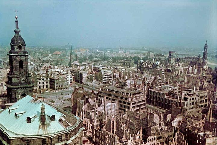 Blick vom Rathausturm über die zerstörte Altstadt von Dresden, nach 1945 aufgenommen..