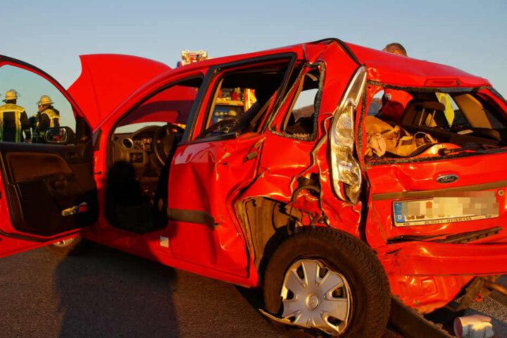 Ein 17-Jähriges Mädchen musste schwer verletzt aus diesem Fiesta geborgen werden.