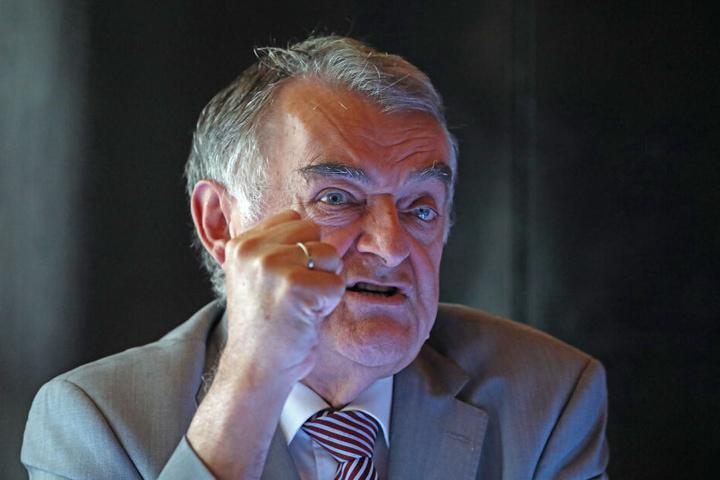 Sieht Schreckschusspistolen kritisch: NRW-Innenminister Herbert Reul (66).