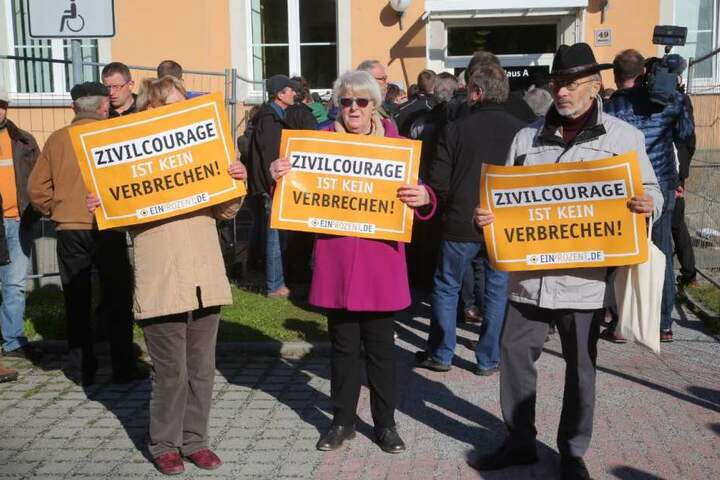 """Auch Unterstützer vom patriotischen Bürgernetzwerk """"Ein Prozent"""" sind in Kamzenz."""