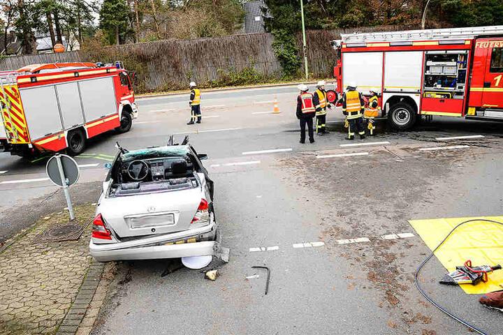 Das Auto musste stark demoliert vom Unfallort abtransportiert werden.