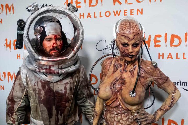 Klums Ehemann Tom Kaulitz (links) hat sich als blutverschmierter Raumfahrer verkleidet.
