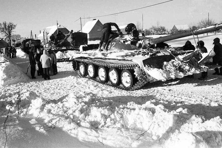 Räumpanzer gegen Eisbarrieren: Am Neujahrstag 1979 rückten ganze NVA-Regimenter in die Kohle aus.