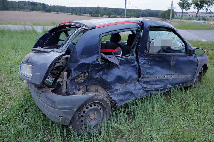 Auch der Renault wurde auf ein Feld geschleudert.