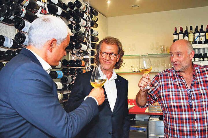 Auf dem Weg zum Fototermin probierte André Rieu mit Hans-Joachim Frey in der Weinbar  von Hartmut Richter (r.) einen Proschwitzer Grauburgunder aus der Lage Kloster  Heilig Kreuz.