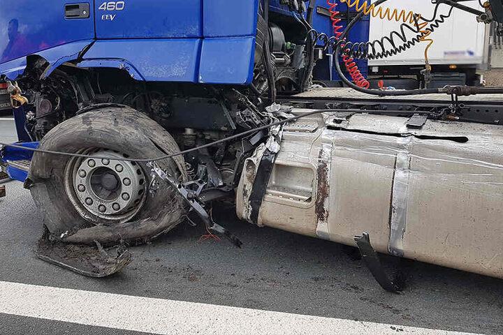 Ursache für den Unfall war offenbar ein Reifenplatzer am Lkw.