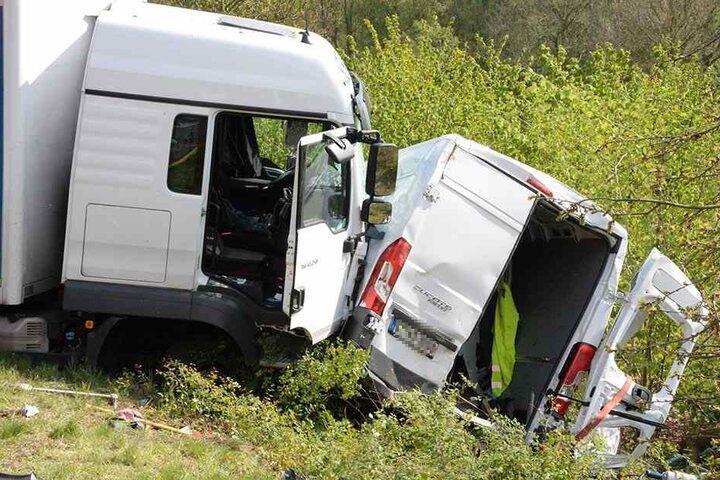 Der Lkw geriet aus ungeklärter Ursache auf die Gegenfahrbahn.