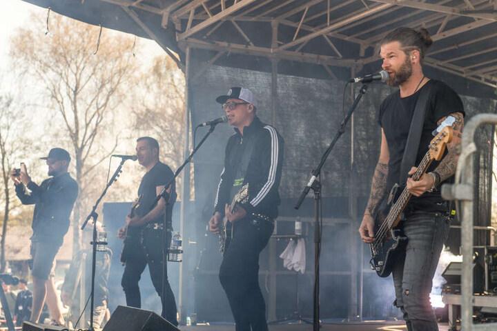 Schleswig-Holstein, Flensburg: Mitglieder der Südtiroler Deutschrock-Band Frei.Wild stehen auf einer Bühne und geben ein kleines Konzert.