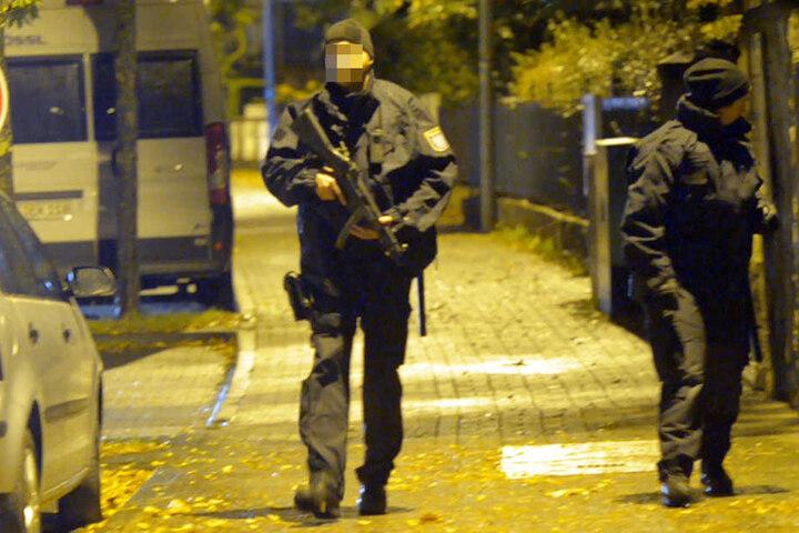 Mit Maschinenpistolen am Körper durchsuchten die Beamten die Umgebung.